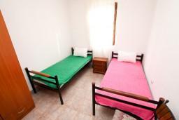 Спальня. Черногория, Жанице / Мириште : Апартамент для 4-6 человек, 2 отдельные спальни, с балконом с видом на море