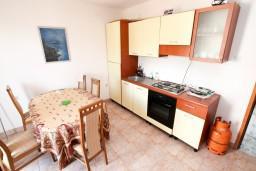 Кухня. Черногория, Жанице / Мириште : Апартамент для 4-6 человек, 2 отдельные спальни, с балконом с видом на море