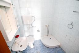 Ванная комната. Черногория, Жанице / Мириште : Апартамент для 4-6 человек, 2 отдельные спальни, с балконом с видом на море