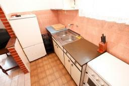 Кухня. Черногория, Обала Джурашевича : Апартамент для 8 человек, с 3-мя спальнями, с большим балконом с шикарным видом на море, 20 метров от пляжа