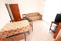 Гостиная. Черногория, Обала Джурашевича : Апартамент для 8 человек, с 3-мя спальнями, с большим балконом с шикарным видом на море, 20 метров от пляжа
