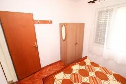 Спальня. Черногория, Обала Джурашевича : Апартамент для 8 человек, с 3-мя спальнями, с большим балконом с шикарным видом на море, 20 метров от пляжа
