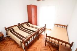 Спальня 2. Черногория, Обала Джурашевича : Апартамент для 8 человек, с 3-мя спальнями, с большим балконом с шикарным видом на море, 20 метров от пляжа