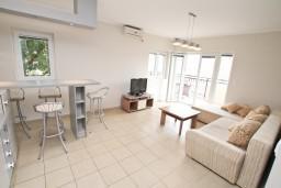 Гостиная. Черногория, Кумбор : Апартамент с отдельной спальней, с бассейном, с балконом и видом на море