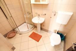 Ванная комната. Черногория, Радовичи : Апартамент с отдельной спальней на вилле  с бассейном