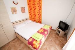 Спальня. Черногория, Радовичи : Апартамент с отдельной спальней на вилле с бассейном