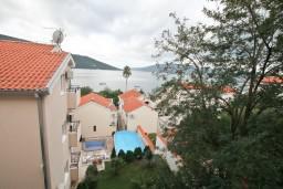 Вид. Черногория, Кумбор : Апартамент с отдельной спальней, с бассейном, с балконом и видом на море