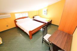 Спальня. Черногория, Радовичи : Апартамент для 5 человек, 2 отдельные спальни, два балкона с видом на море