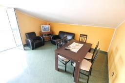 Гостиная. Черногория, Радовичи : Апартамент для 5 человек, 2 отдельные спальни, два балкона с видом на море