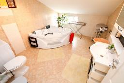 Ванная комната. Черногория, Радовичи : Апартамент для 5 человек, 2 отдельные спальни, два балкона с видом на море