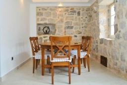 Обеденная зона. Черногория, Пераст : Роскошная вилла с бассейном, патио и барбекю, 4 спальни, 3 ванные комнаты, парковка, Wi-Fi