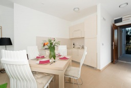 Кухня. Черногория, Дженовичи : Современный апартамент в комплексе с бассейном, с гостиной, отдельной спальней и балконом