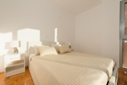 Спальня. Черногория, Дженовичи : Современный апартамент в комплексе с бассейном, с гостиной, отдельной спальней и балконом
