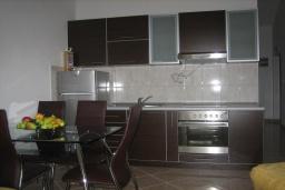 Кухня. Черногория, Дженовичи : Апартамент для 6-7 человек, с 3-мя отдельными спальнями, с 2-мя ванными комнатами, с балконом