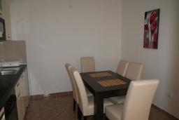Обеденная зона. Черногория, Дженовичи : Апартамент для 6-7 человек, с 3-мя отдельными спальнями, с 2-мя ванными комнатами, с балконом