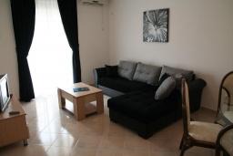Гостиная. Черногория, Дженовичи : Апартамент для 6-7 человек, с 3-мя отдельными спальнями, с 2-мя ванными комнатами, с балконом