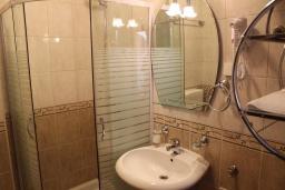 Ванная комната 2. Черногория, Дженовичи : Апартамент для 6-7 человек, с 3-мя отдельными спальнями, с 2-мя ванными комнатами, с балконом