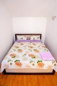 Спальня. Черногория, Герцег-Нови : Апартамент на вилле с бассейном, с гостиной, отдельной спальней и балконом с видом на море