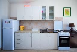 Кухня. Черногория, Герцег-Нови : Апартамент на вилле с бассейном, с гостиной, отдельной спальней и балконом с видом на море