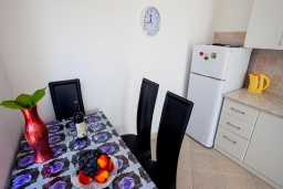 Обеденная зона. Черногория, Герцег-Нови : Апартамент на вилле с бассейном, с гостиной, отдельной спальней и балконом с видом на море