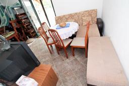 Гостиная. Черногория, Крашичи : 2-х этажный апартамент для 4-6 человек, 2 отдельные спальни, с террасой с шикарным видом на залив, на берегу моря