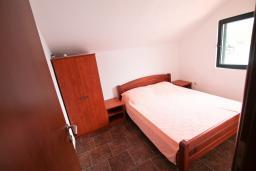 Спальня. Черногория, Крашичи : 2-х этажный апартамент для 4-6 человек, 2 отдельные спальни, с террасой с шикарным видом на залив, на берегу моря