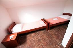 Спальня 2. Черногория, Крашичи : 2-х этажный апартамент для 4-6 человек, 2 отдельные спальни, с террасой с шикарным видом на залив, на берегу моря