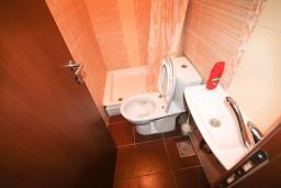 Ванная комната. Черногория, Крашичи : 2-х этажный апартамент для 4-6 человек, 2 отдельные спальни, с террасой с шикарным видом на залив, на берегу моря