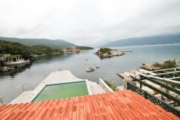 Вид на море. Черногория, Крашичи : 2-х этажный апартамент для 4-6 человек, 2 отдельные спальни, с террасой с шикарным видом на залив, на берегу моря