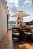 Терраса. Черногория, Герцег-Нови : Этаж дома в 30 метрах от пляжа, гостиная, 2 спальни, большая терраса с барбекю и шикарным видом на море