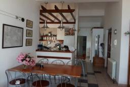 Обеденная зона. Черногория, Герцег-Нови : Этаж дома в 30 метрах от пляжа, гостиная, 2 спальни, большая терраса с барбекю и шикарным видом на море