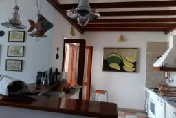 Кухня. Черногория, Герцег-Нови : Этаж дома в 30 метрах от пляжа, гостиная, 2 спальни, большая терраса с барбекю и шикарным видом на море