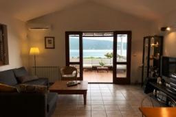 Гостиная. Черногория, Герцег-Нови : Этаж дома в 30 метрах от пляжа, гостиная, 2 спальни, большая терраса с барбекю и шикарным видом на море