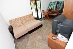 Гостиная. Черногория, Крашичи : 2-х этажный апартамент для 4-6 человек, 2 отдельные спальни, с террасой, на берегу моря