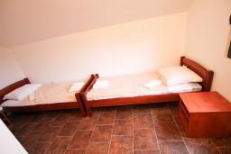 Спальня. Черногория, Крашичи : 2-х этажный апартамент для 4-6 человек, 2 отдельные спальни, с террасой, на берегу моря