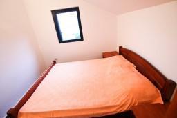 Спальня 2. Черногория, Крашичи : 2-х этажный апартамент для 4-6 человек, 2 отдельные спальни, с террасой, на берегу моря