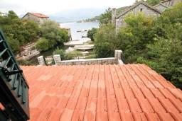Вид на море. Черногория, Крашичи : 2-х этажный апартамент для 4-6 человек, 2 отдельные спальни, с террасой, на берегу моря