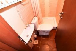 Ванная комната. Черногория, Крашичи : 2-х этажный апартамент для 4-6 человек, 2 отдельные спальни, с террасой, на берегу моря