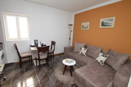 Гостиная. Черногория, Герцег-Нови : Апартамент в Старом городе с гостиной и отдельной спальней