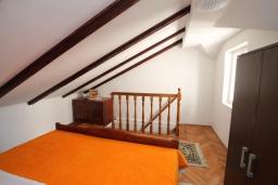 Спальня. Черногория, Герцег-Нови : Апартамент в Старом городе с гостиной и отдельной спальней