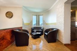 Патио. Черногория, Будва : Роскошная вилла с зеленым двориком и видом на море, 5 спален, 3 ванные комнаты, парковка, Wi-Fi