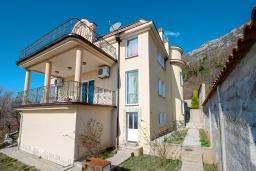 Фасад дома. Черногория, Будва : Роскошная вилла с зеленым двориком и видом на море, 5 спален, 3 ванные комнаты, парковка, Wi-Fi