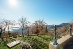 Территория. Черногория, Будва : Роскошная вилла с зеленым двориком и видом на море, 5 спален, 3 ванные комнаты, парковка, Wi-Fi