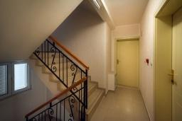 Лестница наверх. Черногория, Бечичи : Студия с балконом и видом на море