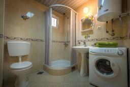 Ванная комната. Черногория, Бечичи : Студия с балконом и видом на море