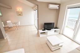 Гостиная. Черногория, Кумбор : Апартамент с отдельной спальней, с бассейном, с двумя балконами и видом на море