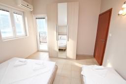 Спальня. Черногория, Кумбор : Апартамент с отдельной спальней, с бассейном, с двумя балконами и видом на море