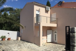Фасад дома. Черногория, Крашичи : Трехэтажный дом возле пляжа и с видом на море, 4 спальни, 3 ванные комнаты, приватный дворик с барбекю, парковка, Wi-Fi