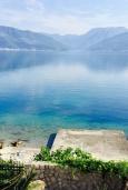 Ближайший пляж. Черногория, Крашичи : Трехэтажный дом возле пляжа и с видом на море, 4 спальни, 3 ванные комнаты, приватный дворик с барбекю, парковка, Wi-Fi