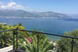Вид на море. Черногория, Крашичи : Трехэтажный дом возле пляжа и с видом на море, 4 спальни, 3 ванные комнаты, приватный дворик с барбекю, парковка, Wi-Fi